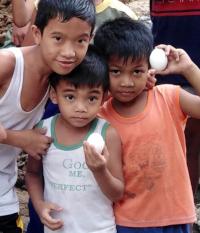 Filipínské děti dostaly vejce.