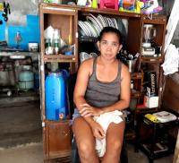 Filipínská žena doma vchatrči