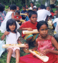 Filipínské děti svačí.
