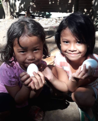 Děti mají radost zobdržených vajíček.