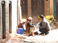 Terénní pracovník pomáhá lidem naulici
