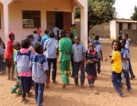Školáci zBurkiny Faso před budovou