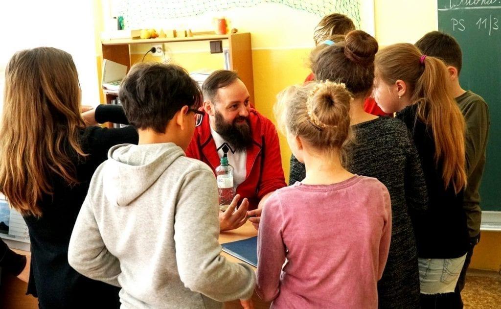 Lektor Pavel Kotouček je v obležení dětí i o přestávce.