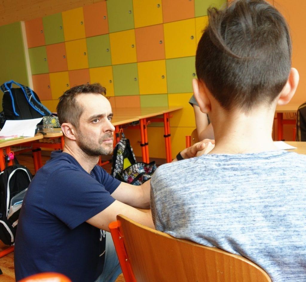 Lektor při programu bedlivě naslouchá názorům dětí.