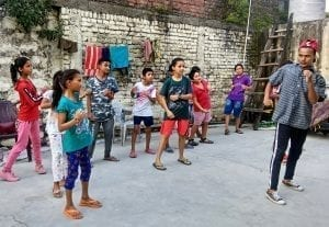 Nad rámec doučování mají děti v centru Prayas i hry, sport, zpěv, tanec a různé osvětové programy.