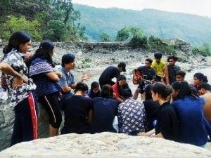 Účastníci setkání pro mládež vyrazili na piknik na břehu řeky a vzájemně se povzbudili svým oblíbeným veršem z Bible.