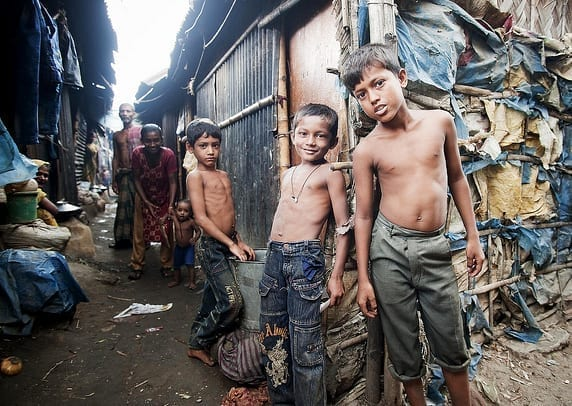 Díky dárcům a adopci dětí na dálku mohou děti z bangladéšských slumů chodit do školy a dostat se z chudoby.