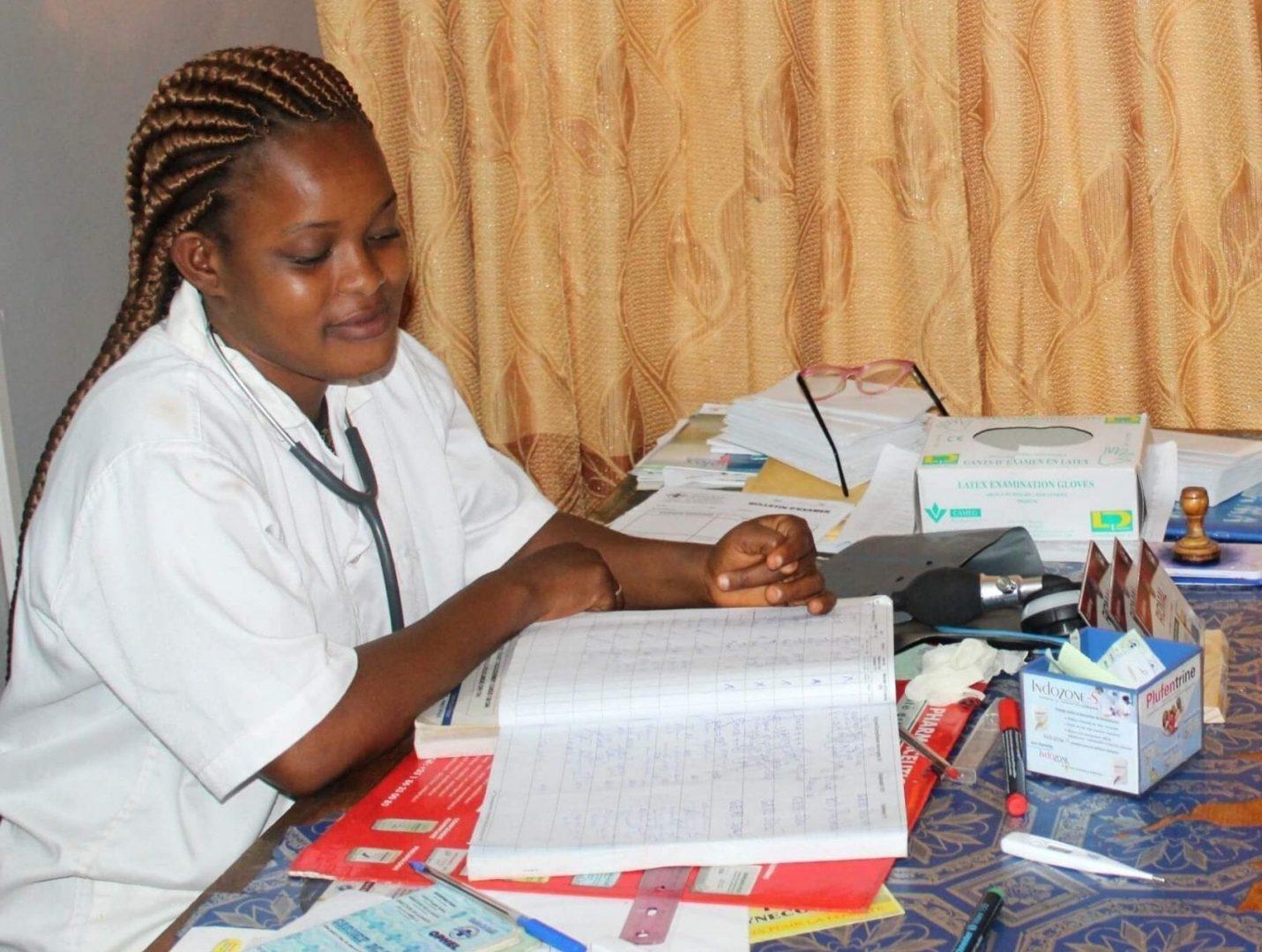 Mariam při příjmu pacientky ve zdravotnickém středisku IN.