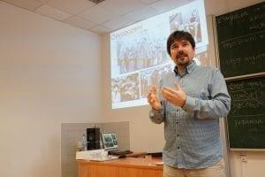 Lektor Radek Hejret přednáší o hrůzách holocaustu.