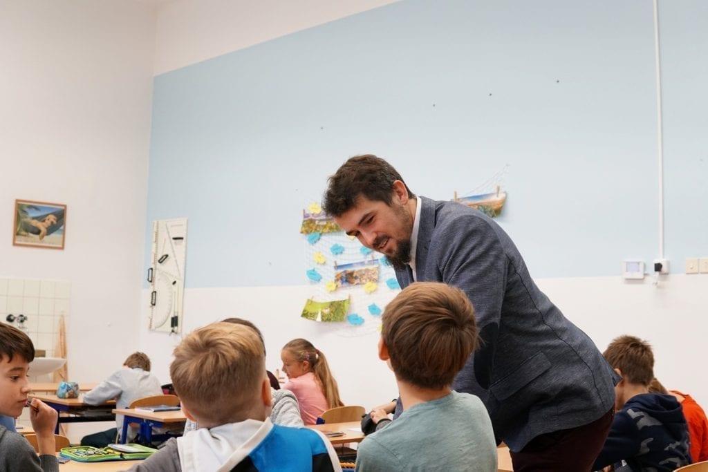 Lektor odpovídá na zvídavé dotazy školáků.