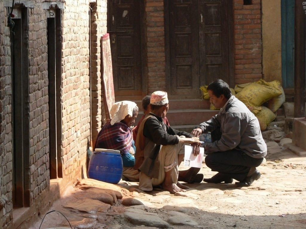 Terénní duchovní pracovníci chodí po nepálském venkově a nesou s lidmi jejich těžké životní osudy.