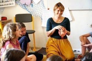 Lektorka si povídá s dětmi o početí miminka.