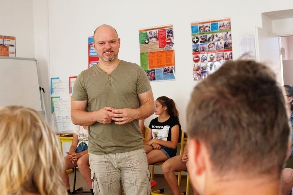 Lektor při debatě s žáky.