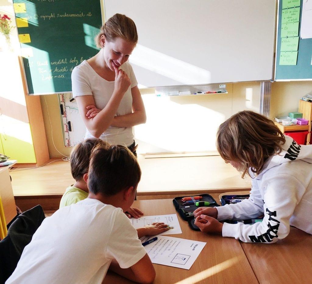 Děti při preventivním programu přemýšlí o tématu kouření.