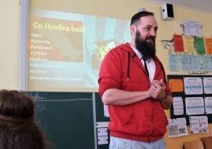 Lektor Pavel Kotouček zaujatě přednáší.