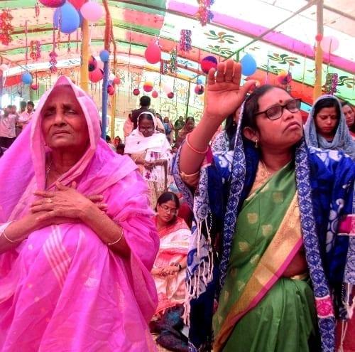 Muslimští sousedé se sešli na pozvání křesťanů. Bangladéš, veřejná akce s křesťanským poselstvím.