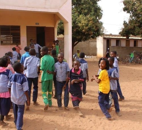 Žáci o přestávce na dvoře Školy Dobré zprávy v Burkině Faso.