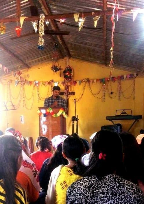 Terénní duchovní pracovník sdílí dobrou zprávu evangelia ve venkovském kostele.