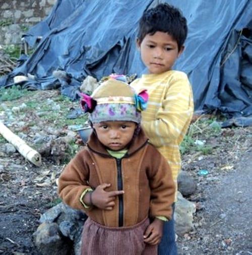 Rodiny podporovaných dětí v severní Indii žijí v chatrných přístřešcích ve slumu.
