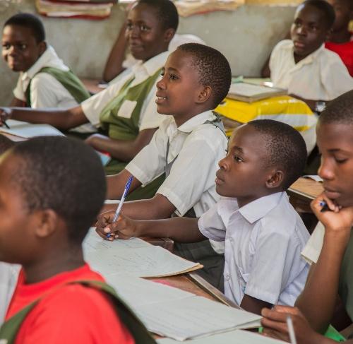 Školáci v Ugandě se už nemohou dočkat otevření škol.
