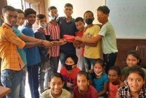 Děti děkují dobrovolníkovi výukového centra Prayas u příležitosti Dne učitelů.