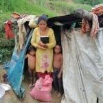 Nepálští křesťané organizují potravinovou pomoc a mluví s lidmi o Bohu.
