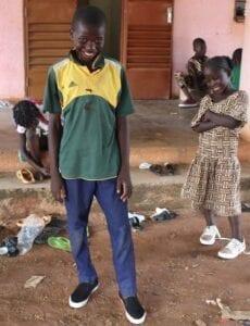 Děti přišly po prázdninách do školy a čekalo je tu úžasné překvapení: nové boty.