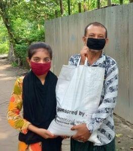 Dívka s otcem a taškou s potravinami.