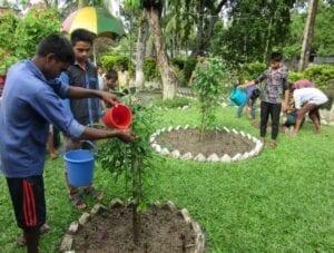 Chlapci v dětském domově krom vědomostí získávají také praktické dovednosti, jako je péče o rostliny.
