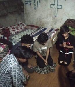 Křesťané v Nepálu pořádají modlitební a postní řetězce za svět trápený pandemií.