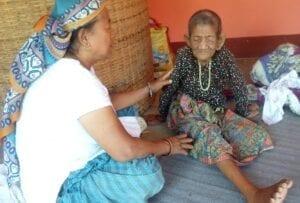 Terénní duchovní pracovníci navštěvují nemocné a modlí se za ně.