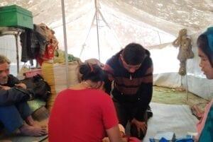 Terénní duchovní pracovníci tráví s lidmi čas a modlí se s nimi za jejich starosti.