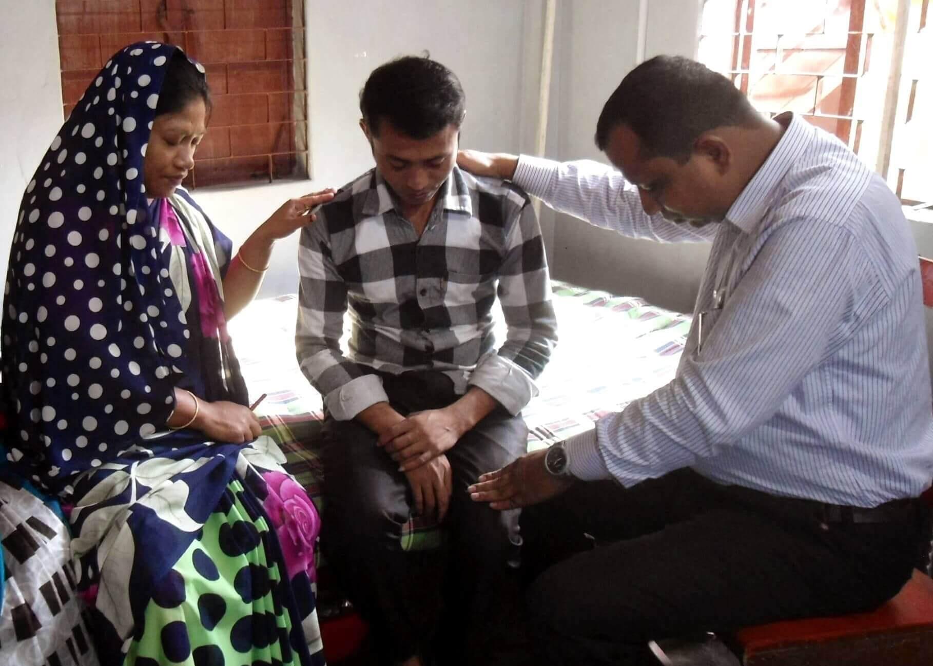 I když někteří lidé v Bangladéši neuznávají křesťanské učení, stojí o modlitbu za uzdravení či jinou pomoc.