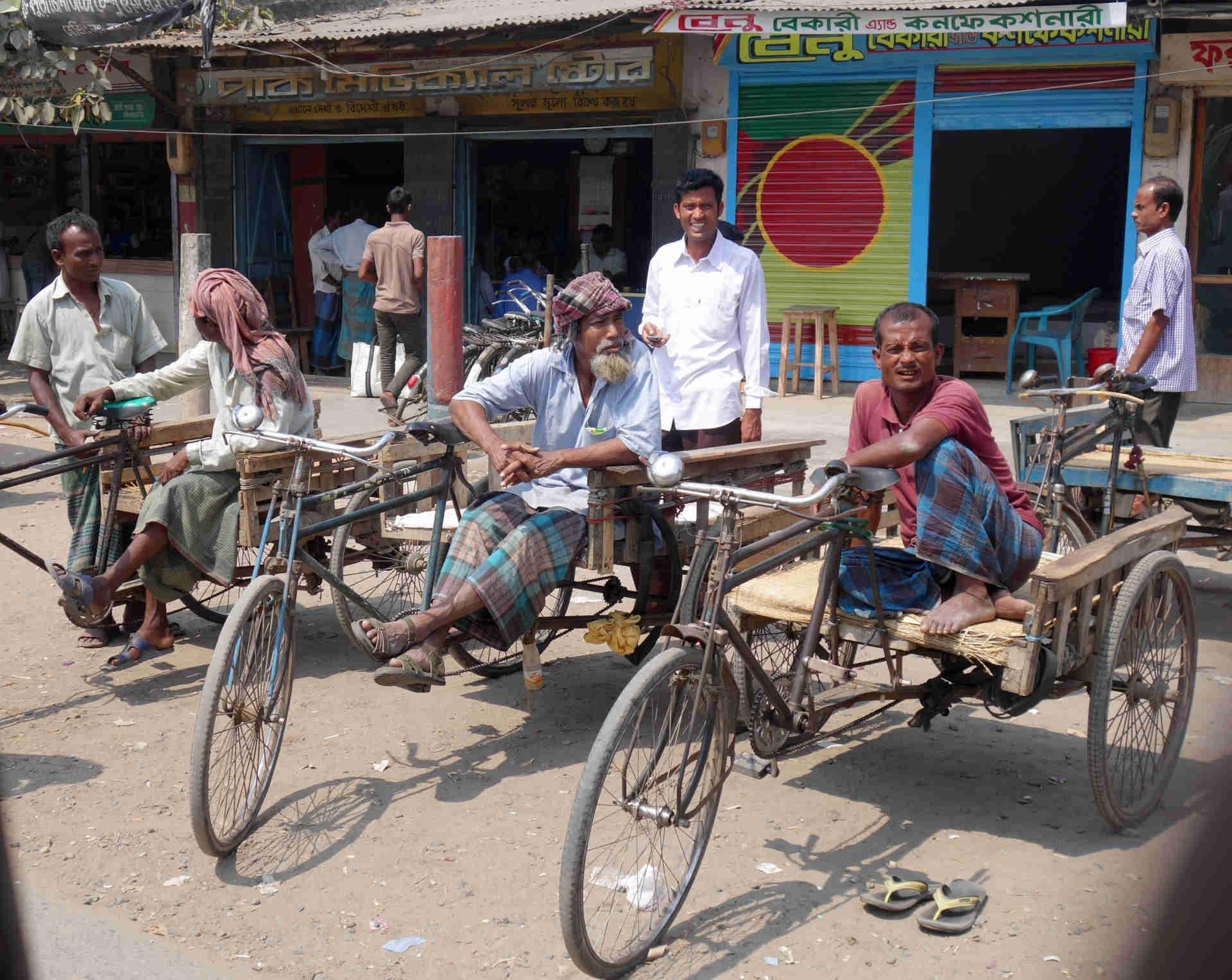 Chudoba Bangladéšanů je důvodem ke vzniku mnoha projektů praktické pomoci.