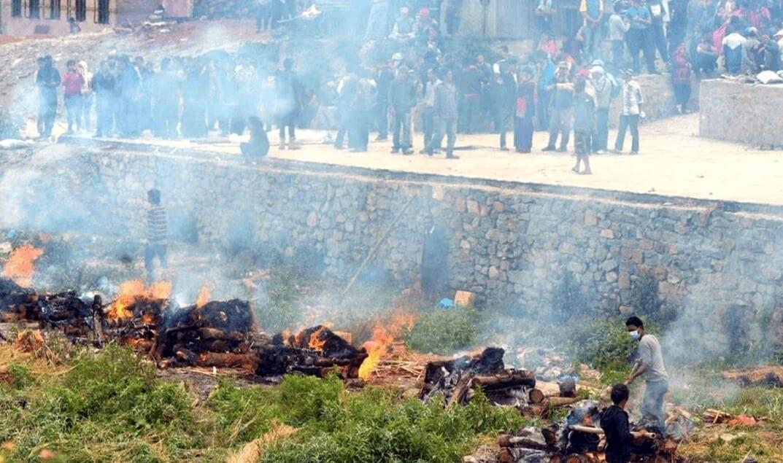 V Indii pálí mrtvá těla obětí koronaviru na hranicích.