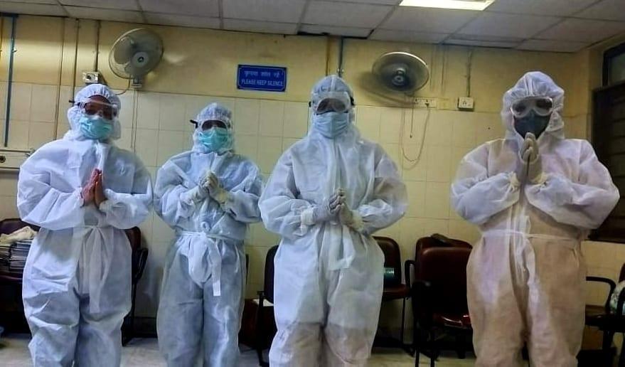 Čtyři dobrovolníci v nemocnici v indickém Dehradunu se modlí před nástupem na službu.
