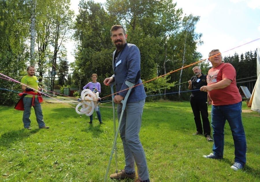Lektoři se baví při outdoorové aktivitě.