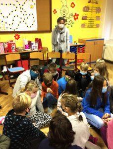 Lektorka provádí děti zážitkovou hrou.