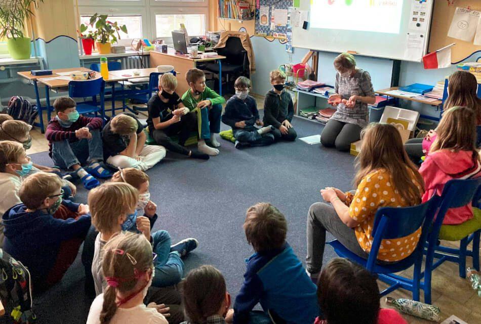 Lektorka vypráví dětem, jak přišly na svět.