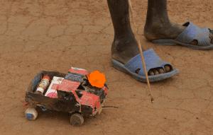 Tahací autíčko sestavené jihosúdánským sirotkem z nalezených odpadků. Foto: archív Spolku pro Jižní Súdán, použito s laskavým svolením.