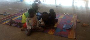 Jihosúdánské děti v sirotčinci v Obamě sledují výukový pořad.